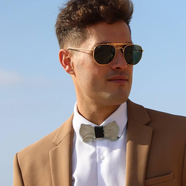 pajarita hombre traje marrón