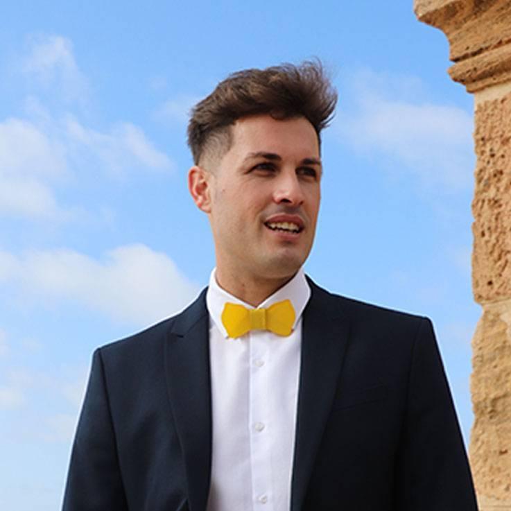 pajarita hombre amarilla traje azul